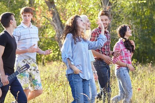人物 外国人 モデル 男性 女性   男女 複数 グループ 仲間 友達   20代 若者たち 大学生 屋外 野外 草原 自然 林 ファッション カジュアル 歩く 散策 楽しい 笑顔 仲良し アウトドア 爽やか 青春   mdff025 mdff026 mdff027 mdfm007 mdfm008 mdfm009