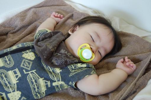 日本人 赤ちゃん 赤ん坊 赤子 ベイビー べビー 子供 子ども こども 乳幼児 乳児 男児 男子 男の子 子育て 育児 おしゃぶり 口 口元 吸う 睡眠 寝る 眠る 寝かしつけ 歯 歯並び 出っ歯 受け口 舌 顎 発達 発育 呼吸 鼻呼吸 発語 言葉 依存 依存症 睡眠導入 安心 乳首 お助けグッズ 育児用品 育児グッズ