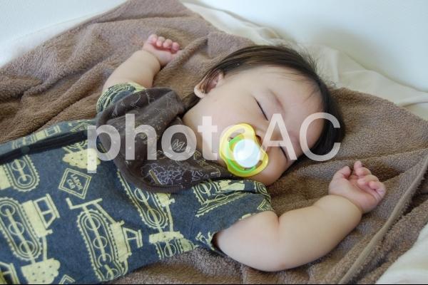 おしゃぶりをして眠る赤ちゃん 3の写真