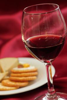 赤ワイン アルコール お酒 ドリンク 飲み物 果実酒 ブドウ酒 葡萄酒 ワイングラス ポリフェノール 健康 洋食器 紫 パープル 飲み 呑み 食器 クラッカー お皿 洋皿 ガラス 一杯 1杯 テーブルクロス 卓布 チーズ 室内 屋内 ムード 落ち着き