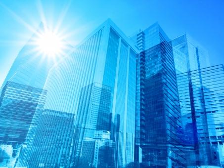夏の太陽光と青いビジネス街の抽象背景素材の写真
