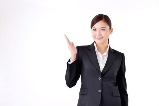 人物 日本人 女性 若い 若者   20代 スーツ 就職活動 就活 就活生   社会人 OL ビジネス 新社会人 新入社員   フレッシュマン ビジネスマン 面接 真面目 清楚  屋内  白バック 白背景 上半身 案内 説明 ガイド ポーズ mdjf007
