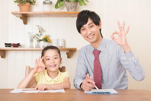 人物 日本人 男性 子供 こども  女の子 小学生 勉強 学習 教育  家庭教師 家庭学習 中学受験 受験勉強 成績  自宅 屋内 部屋 机 教える  教わる マンツーマン バッチリ OK オーケー 大丈夫 笑顔  mdjm005 mdfk014