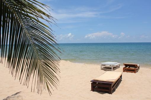 砂浜 ヤシの木 海 南国 空 青 雲 白 アジア ベトナム フーコック 自然 快適 自由 のんびり 旅 心地よさ 豊かさ 贅沢 日焼け 夏 ホリデー トリップ 時間 リラックス リフレッシュ 解放