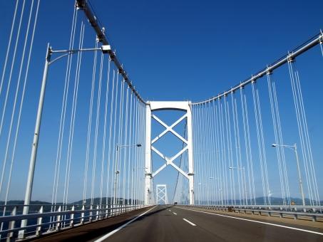 高速道路 吊り橋 四国 淡路島 なると 鳴門 青空 晴天 青 柱 ケーブル 吊り 海上 長い 弓 しなる