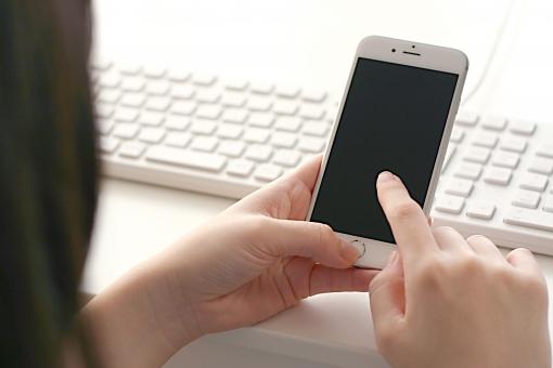 女性 女 人物 人 ビジネス スマホ スマートフォン 携帯 携帯電話 電話 パソコン pc 指 手 アプリ sns メール iphone line twitter facebook