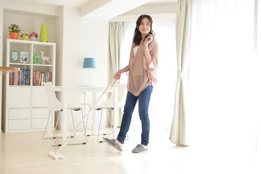 日本人 女性 女 30代 アラサー ライフスタイル 部屋 室内 ポーズ ピンクベージュ ピンク チュニック デニム パンツ ジーンズ ジーパン  カジュアル プライベート 部屋着 私服 リビング 掃除 掃除機 モップ掛け フローリング 床掃除 拭き掃除 朝 昼 スマイル 笑顔   全身 mdjf013