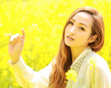 女性 綺麗 美人 可愛い 明るい 20代 風景 自然 菜の花 日本 日本人 表情 人気 茶髪 金髪 ロング ロングヘア 花 植物 素材 スペース