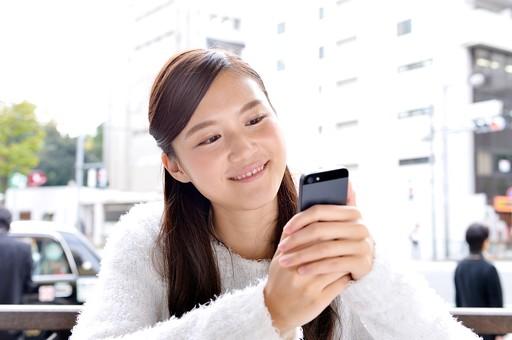日本人 女性 女 女子 10代 20代 大学生 学生 清楚 上品 美少女 キレイ 綺麗 可愛い Cute ロングヘア カフェ 喫茶店 屋外 テラス 電話 メール スマホ ケータイ スマートフォン 笑顔 スマイル 日本人女性 屋外 おすすめ 携帯 mdjf007