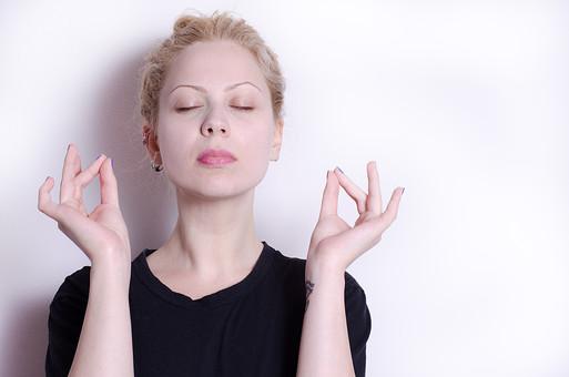 フィットネス写真 人物 1人 外国人 白人 セルビア人 女性 大人 若い 金髪 スポーツ フィットネス エクササイズ 体操 運動 トレーニング シェイプアップ ダイエット 引き締め ヨガ ピラティス 屋内 スタジオ ジム クラブ 美 美容 健康 ボディ スリム 脂肪 筋肉 筋トレ ストレッチ 上半身 指 目を閉じる Tシャツ 瞑想 集中 精神統一 印相 中品 中生 mdff014