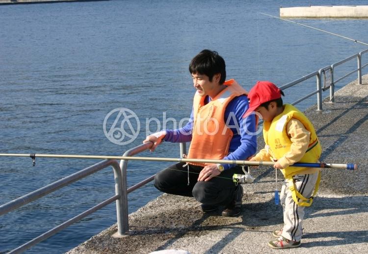 釣りを楽しむ親子の写真