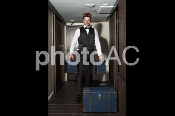 客室に荷物を運び入れるベルボー...