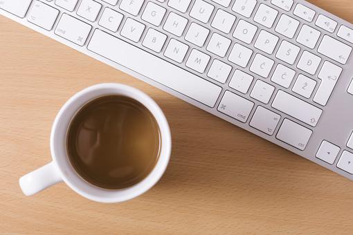 キーボード パソコン ビジネス 通信 産業 インターネット メール  周辺機器 屋内 オフィス 入力装置 家電 事務用品 デスクワーク ボタン 機械 ビジネスアイテム 文字 アルファベット 仕事 ネットワーク オンライン デスク 操作 休憩 珈琲 コーヒー 飲み物 飲料 カフェイン マグカップ