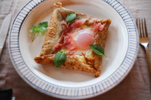 ガレット がれっと galette そば粉 フランス料理 フランス家庭料理 郷土料理 クレープ 朝食 朝ご飯 生ハム タマゴ 卵焼き あさごはん 朝ごはん バジル カトラリー