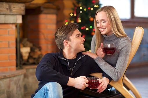 外国人 20代 若い カップル 恋人 彼氏 彼女 男性 女性 男 女 金髪 ロングヘアー 笑う 笑顔 スマイル 微笑み 上半身 室内 冬 ウィンター ラブラブ 休憩 一息 休息 休み 一休み ティータイム クリスマス 座る チェア 椅子 凭れかかる 凭れる 寄りかかる 片肘を着く 片膝を曲げる 接写 クローズアップ 見つめあう 見つめる 横顔 背景 クリスマスツリー 飲み物 ドリンク mdfm038 mdff095
