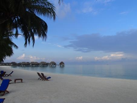 モルディブ モルジブ ビーチ リゾート ビーチリゾート 海 ビーチチェア 水上コテージ ヤシの木 朝 朝焼け 風景 インド洋 サマーベッド 砂浜 カニフィノール 水平線