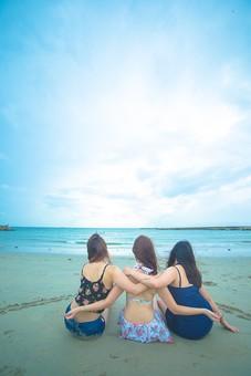 空 お空 水平線 雲 日 太陽 日射し 海 浜辺 ビーチ 浜 青 ブルー 人 人物 トリオ 友達 女 女性 水着 肩を組む フレンド 絆 眺める 親しげ 見つめる