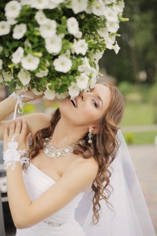 外国人 外人 人物 女性 白人 20代 茶髪 外国 野外 屋外 ウェディング ウエディング Wedding ドレス ベール 白 純白 ホワイト Dress ウェディングドレス ウエディングドレス 結婚式 新婦 撮影 ポージング 美人 花 庭 芝生 ポーズ mdff097