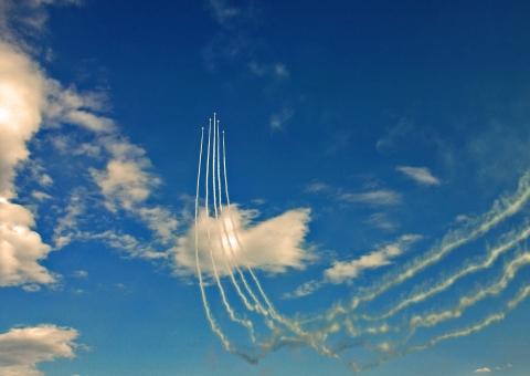 ブルーインパルス 航空ショー 航空自衛隊 航空祭 ワイド・トゥ・デルタ・ループ 展示飛行 自衛隊 アクロバット飛行 アクロバット 秋空 秋のイベント イベント サーカス T-4 T-4練習機 練習機 ジェット戦闘機 入間基地 松島基地 青空 紺碧 群青 空 雲 スモーク 飛行機 飛行機雲 風景 景色