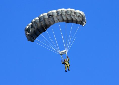 パラシュート降下」に関する写真...