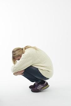人物 女性 20代 外国人 外人   外国人女性 外人女性 モデル 若い セーター   ニット 私服 カジュアル ポーズ 金髪   ロングヘア 屋内 白バック 白背景 しゃがむ しゃがみ込む 座る 悩む 落ち込む 辛い 憂鬱 孤独 膝を抱える 全身 横向き mdff045