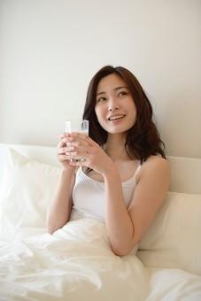 日本人 女性 女 30代 アラサー ライフスタイル 部屋 ベッドルーム 寝室 室内 ポーズ キャミ キャミソール 部屋着 ナチュラル ミディアムヘア ベッド 布団 寝起き 朝 モーニング 目覚め 健康 健康的 すっきり スッキリ 爽やか さわやか 朝食 ドリンク ミルク 牛乳 豆乳 ソイミルク 両手 飲み物 mdjf013