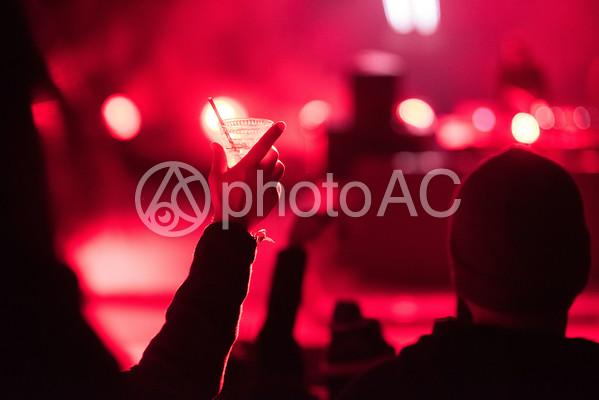 ライブでコップを持っている人4の写真