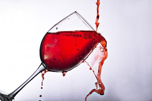 アブストラクト 素材 テクスチャ 背景 バックグラウンド 液体 瞬間 アップ クローズアップ 動き  水 グラス そそぐ 注ぐ 白 白バック 躍動感 透明感 接写 飲み物 ドリンク お酒 ワイン 赤色 こぼれる 溢れる あふれる 雫 しずく