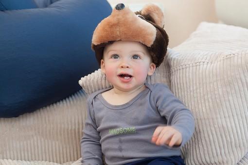 赤ちゃん 外国人 子供 子ども こども 男の子 男児 乳児 ライフスタイル 部屋 室内 屋内 帽子 犬 犬の帽子 かぶる 被る お気に入り クッション 凭れる もたれる  長袖 春服 秋服 かわいい 可愛い カワイイ 見上げる 上を向く mdmk030