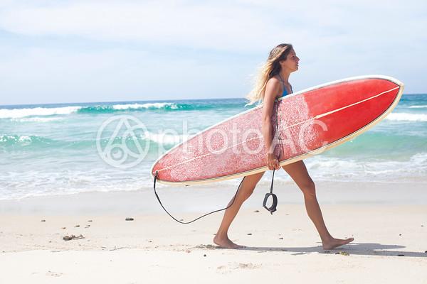 サーフボードを持った外国人女性4の写真