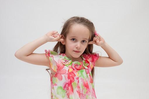 人物 こども 子供 女の子 少女  外国人 外人 キッズモデル あどけない かわいい   屋内 スタジオ撮影 白バック 白背景 長髪  ロングヘア ポートレイト ポートレート 表情 ポーズ ワンピース 耳を塞ぐ うるさい 雑音 騒音 シャットアウト 聞きたくない 聞かない mdfk016