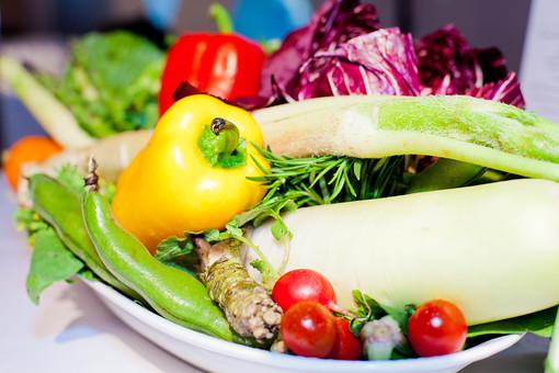 静物 スケッチ 見本 食べ物 フード 食料 食 テーブル 鮮やか 華やか おしゃれ おいしい グルメ 新鮮 フレッシュ 置く おもてなし 豪華 ごちそう パーティ 盛り付け 飾りつけ 野菜 サラダ パプリカ 大根 トマト エンドウ 紫キャベツ わさび