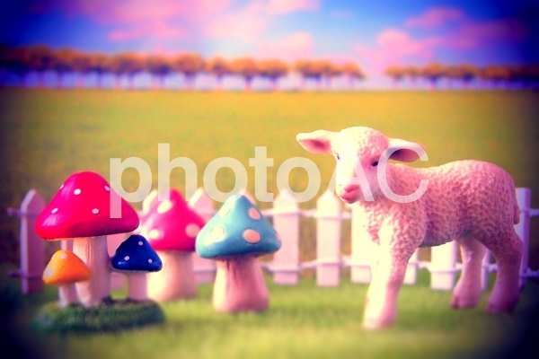 ミニチュアの羊とキノコの写真