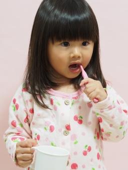 歯ブラシ パジャマ 寝具 コップ 子ども 子供 日本人 girl child japanese brushing pajamas 虫歯 brushing 背景無し 歯磨き 女の子