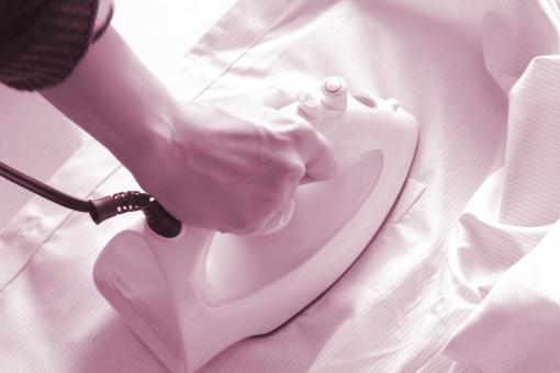アイロン あいろん アイロンがけ 家事 家庭 シャツ ワイシャツ yシャツ しわ シワ のばす 整える 洗濯 仕事 ビジネスマン 女性 衣類 衣服 洋服 素材 背景 背景素材 イメージ ウェブ素材 ブログ素材 ホームページ素材 web blog ironing コツ 方法 やり方 かけ方 テクニック 高温 温度 熱い 蒸気 スチーム 手順 順番 シワを伸ばす アイロン台 綺麗 きれい キレイ パリッと シャキッと クリーニング 業者 自分 一人暮らし 単身赴任 室内 乾かす 干す 洗濯物