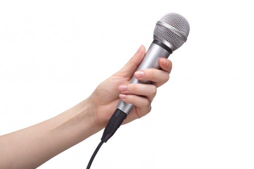 マイク マイクロフォン ハンドマイク 有線 コード シルバー メタリック 手 片手 左手 手首 左腕 素肌 つかむ 持つ 握る 向ける かざす 話す しゃべる 歌う 音響 音声 サウンド オーディオ 機器 発表 司会 インタビュー カラオケ ハンドポーズ ポーズ ハンドパーツ パーツ 白バック 白背景