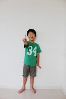 子供 人物 男の子 小学生 笑顔 一等賞 一番 指差す ナンバーワン 日本人 こども 男子 キッズモデル 全身 正面 立つ ポーズ 屋内 室内 白バック 白背景 数字 1 人差し指 1番 笑顔 目指す mdmk025