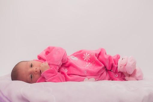 人物 外国人 赤ちゃん 赤ん坊 ベビー ベイビー 新生児 乳児 表情 しぐさ ベビー服 ベビーウェア ピンク クマ 靴下 小さい かわいい 毛布 シーツ 出産 誕生 命 生命 愛情 幸せ 幸福 成長 発育 発達 子育て 育児 ポートレート 白背景 余白 スペース mdmk013