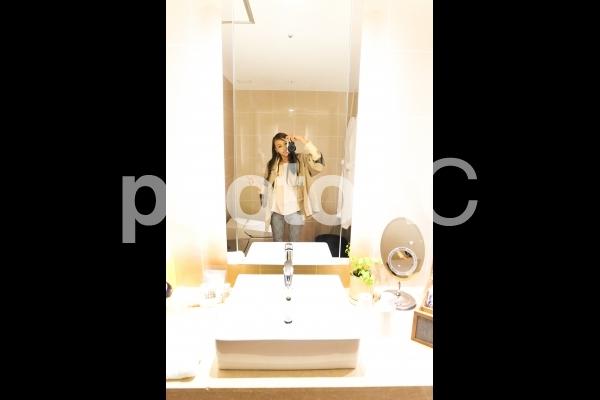 高級ホテルの洗面台でセルフィーの写真