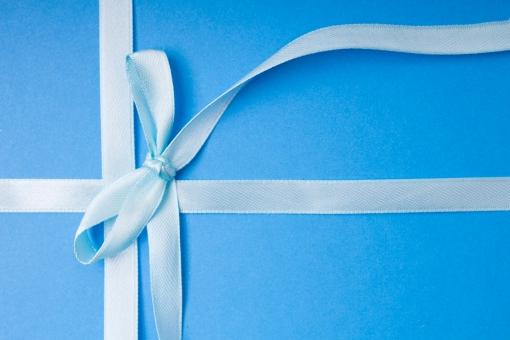 リボン 包装 ラッピング プレゼント包装 紐 結ぶ 飾る 可愛い キュート 華やか プレゼント 贈り物 ギフト ホワイトデー バレンタインデー 誕生日 バースデイ バースデー お祝い クリスマス イベント 記念日 素材   贈呈品 贈答品 贈る 青 ブルー 水色 蝶結び 青背景 雑貨 十字 十文字 クロス