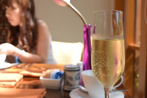 シャンパングラス シャンパン 気泡 泡 炭酸 ぶどう 葡萄 ワイン ブドウ フレッシュ 美味 朝シャン 朝シャンパン champagne スパークリングワイン スパークリング sparkring 二酸化炭素 シュワシュワ 女性 女 女の子 女の人 女子