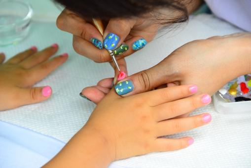 手 女の子の手 ネイル お洒落 おしゃれ 女の子 流行 休日 小さな手 かわいい おませ 園児 幼稚園 子供 子ども 染める うきうき 可愛い手 可愛い ピンク 爪 ツメ 子供の手 児童 美容 楽しい