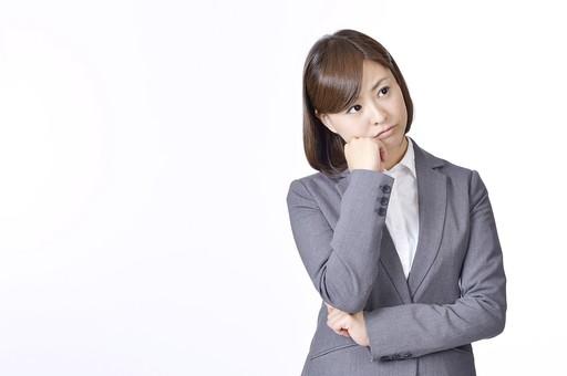 女性 女 社員 会社員 仕事 会社 ビジネス スーツ 女性社員 女の人 ポーズ  肘をつく 頬杖 悩む 考える 悩み 問題 不安 困る 日本人 人物 白背景 白バック 一人  ビジネスウーマン シャツ OL グレー  mdjf003