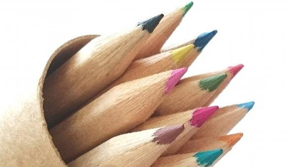 色鉛筆 色えんぴつ イラスト 芸術 芯 色鉛筆セット 色彩 デザイン 絵 絵師 削る 塗り絵 ぬりえ デザイナー 道具 カラー 描写 描く 表現 図工 美術 らくがき 落書き お絵かき アート 文房具 クリエイター パステル 作画 カラフル 虹色 多彩 イメージ