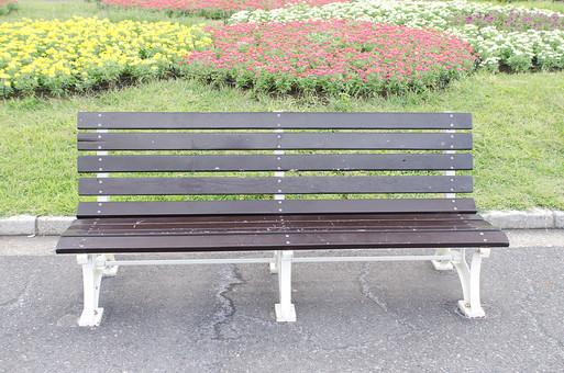 椅子 イス いす ベンチ べんち 長いす 長イス 長椅子 腰掛け 休憩 休む 自然 公園 座る 家具 設備 散歩 休日 公共 植物 屋外 外 野外 くつろぐ 公共 花壇