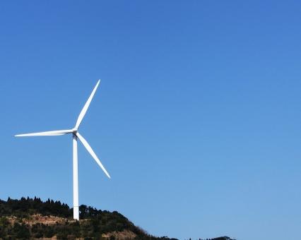 青 背景 青空 風力発電 エコ 風車 発電 電力自由化 クリーンエネルギー 再生可能エネルギー 電力 コピースペース 丘