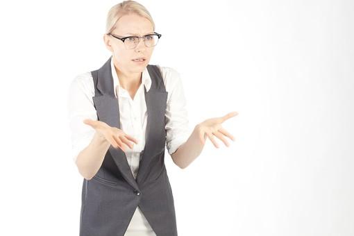 社長 取締役 代表者 重役 CEO 女性 おんな 女 ウーマン レディ 外国人 眼鏡 メガネ めがね 上半身 真顔 束ねる 広げる 求める 説得 熱弁 発表 プレゼンテーション プレゼン スピーチ 身振り 手振り オーバーアクション 会議 会社 企業 カンパニー 室内 屋内 白バック 白背景 mdff013
