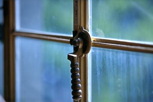 建造物 古い建物 窓 窓枠 鍵 ロック クラッシック 鍵の取っ手 インドア 用心 セキュリティ 待ち受け画像 ポストカード コピースペース バックスペース 背景 窓ガラス 室内インテリア 歴史を感じる 時の流れ