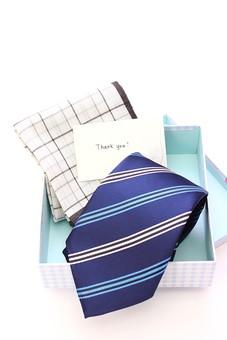 父の日 イベント プレゼント ギフト 行事   明るい さわやか     6月 六月  贈る    青 青色 プレゼント 箱 ネクタイ ハンカチ メッセージ メッセージカード 感謝 ありがとう thank you THANK YOU 白 白バック