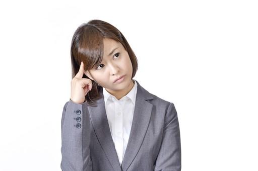女性 女 社員 会社員 仕事 会社 ビジネス スーツ 女性社員 女の人 ポーズ  肘をつく 悩む 考える 悩み 問題 不安 困る 日本人 人物 白背景 白バック 一人  ビジネスウーマン シャツ OL グレー  mdjf003